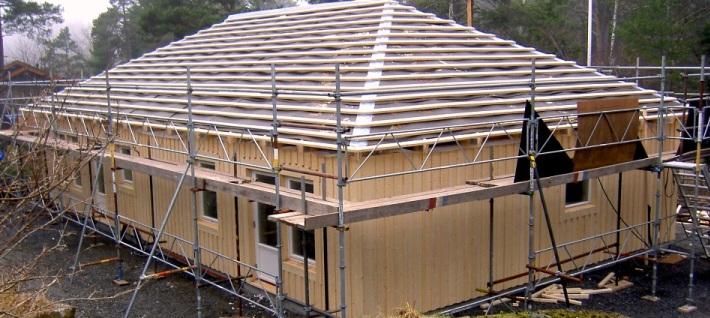 Enplanshus med valmat tak stomrest på Ingarö
