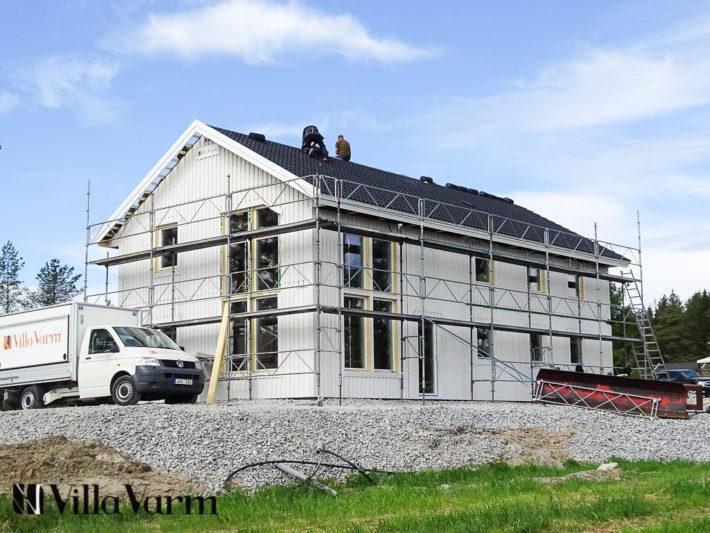 Tvåplanshus med stora fönster