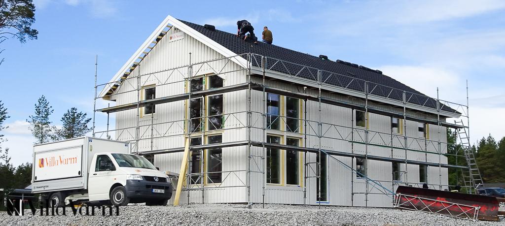 Ståtligt tvåplanshus med stora fönster